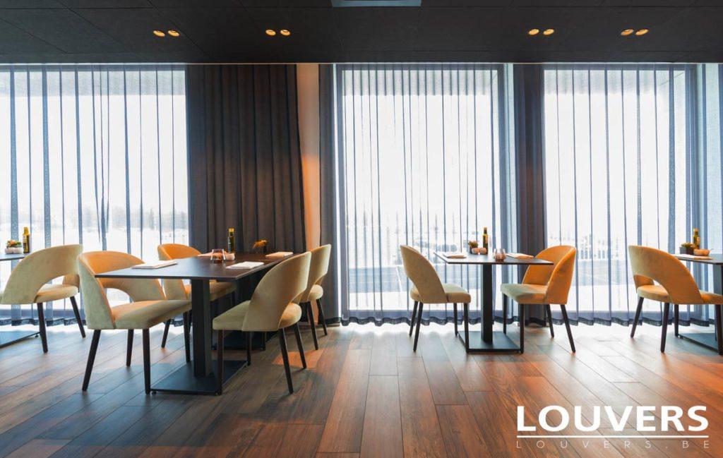glasgordijnen Louvers zonwering voor restaurant