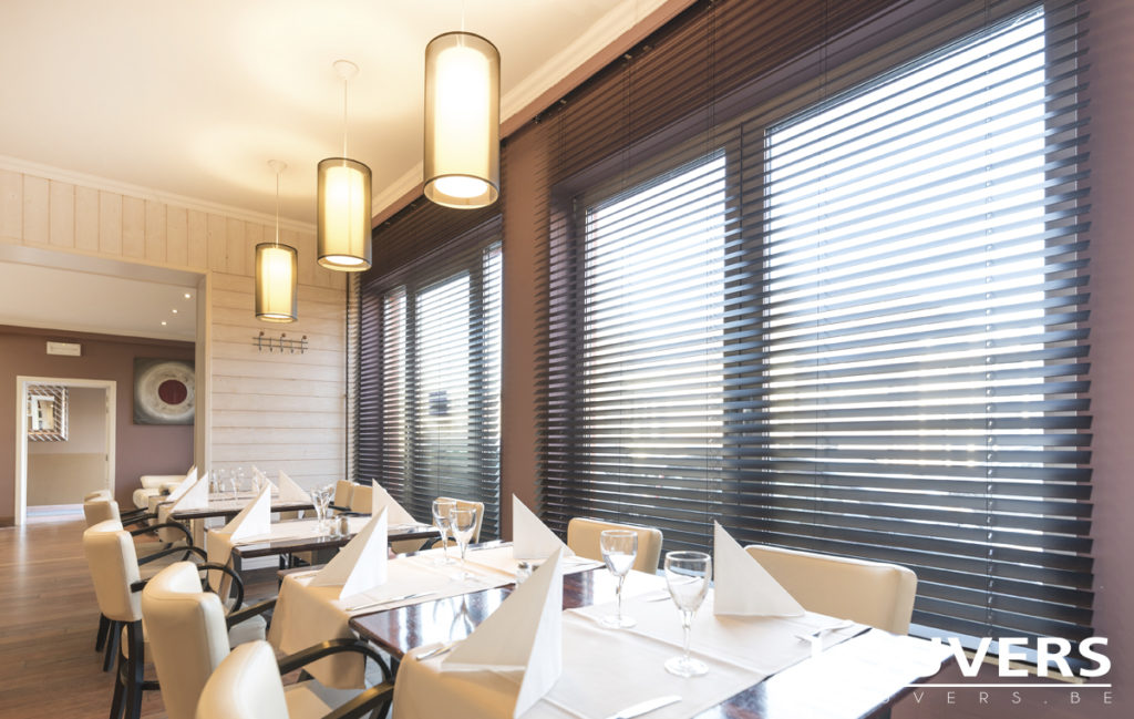 horizontale lamellen bij Louvers in het restaurant