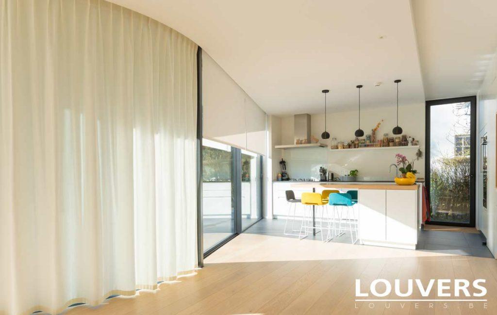 Store enrouleur dans une cuisine moderne